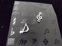 Музыкальный сувенир Серьги-гвоздики Скрипичный ключ и 8-ка 1,5см в стразах